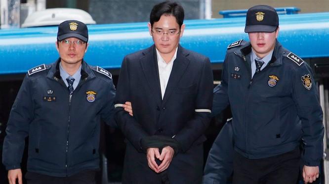 Ông Lee Jae - Yong (giữa) bị đưa tới Văn phòng Điều tra Seoul