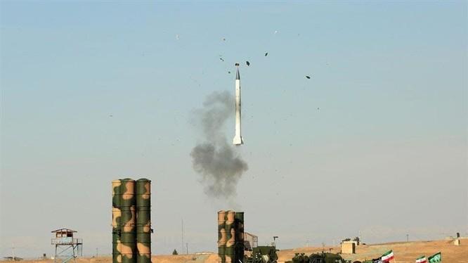 Tên lửa S 300 được phóng đi. Ảnh Tasnim