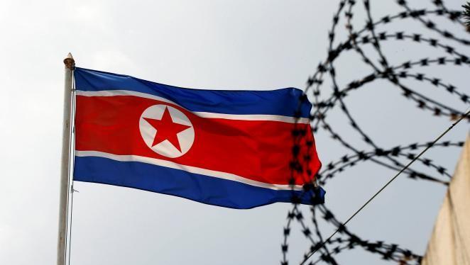 Quốc kỳ CHDCND Triều Tiên phấp phới bay cạnh hàng rào dây thép gai tại Đại sứ quán Triều Tiên ở Kuala Lumpur, Malaysia ngày 9/3/2017. Ảnh REUTERS/Edgar Su
