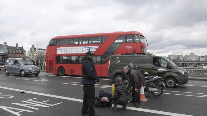 Hình ảnh người bị thương trên cầu Westminster