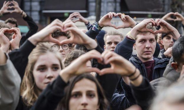 Người dân Brussels lấy tay làm biểu tượng trái tim để tưởng niệm các nạn nhân của vụ khủng bố cách đây 1 năm