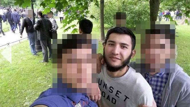 Dzhalinov cùng bạn bè (ảnh trong tài khoản mạng xã hội)