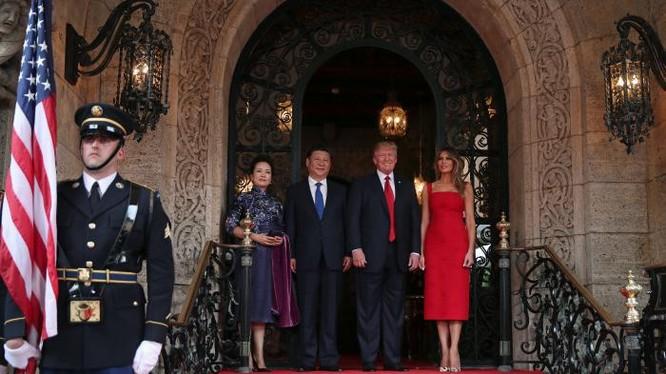 Hai nhà lãnh đạo cùng hai đệ nhất phu nhân chụp ảnh chung. Ảnh Reuters