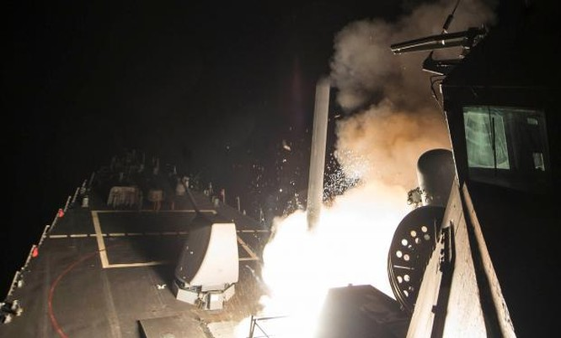 Tên lửa được phóng lên từ tàu USS Ross