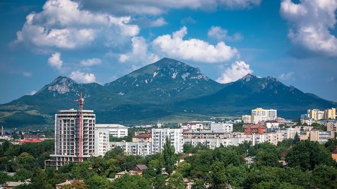 Thành phố Pyatigorsk bao quanh năm ngọn núi
