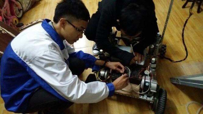 Hào và Huy lắp ráp mạch điện cho xe