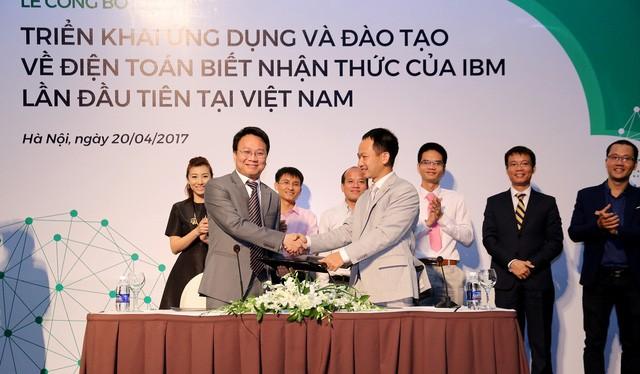 Ông Phan Thế Vinh – Giám đốc công ty Five9 và ông Phạm Huy Triều – Giám đốc công ty OneNet ký kết hợp tác