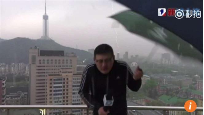 Sét đánh trúng MC làm rơi chiếc ô