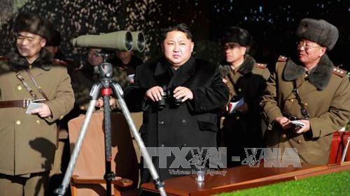 Nhà lãnh đạo Triều Tiên Kim Jong-un (giữa) thị sát cuộc tập trận của đơn vị pháo binh Quân đội Nhân dân Triều Tiên tại một địa điểm bí mật trên lãnh thổ nước này. Ảnh: REUTERS/TTXVN