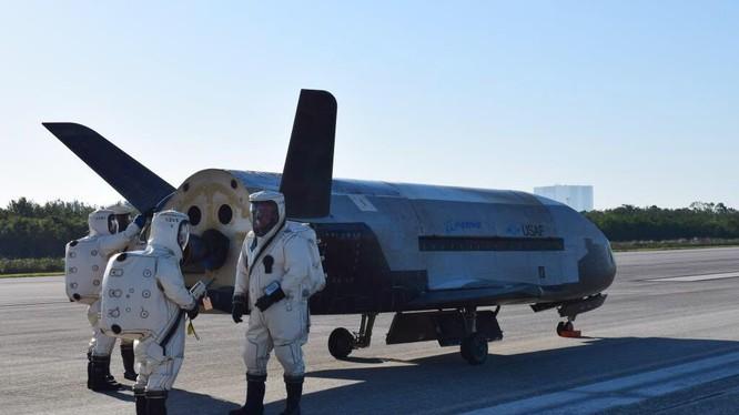 Tàu vũ trụ con thoi mini trên đường băng. ảnh Credit Air Force
