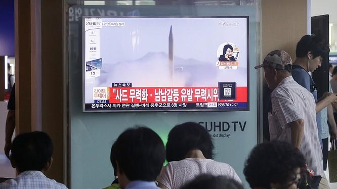 Người dân Hàn Quốc theo dõi tin tức về vụ thử qua màn hình