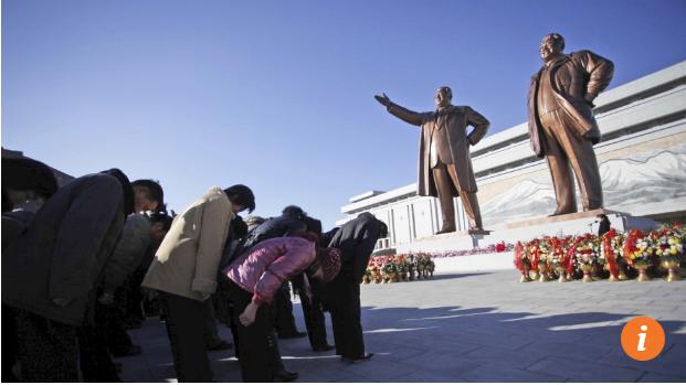 Người dân đến đặt lẵng hoa tại tượng đài lãnh tụ để kỷ niệm 85 năm ngày thành lập quân đội