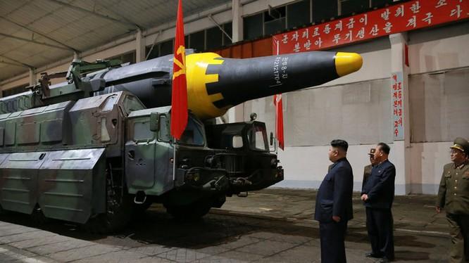 Lãnh đạo Triều tiên Kim Jong ung thị sát teeh lửa đạn đạo Hwangsong -12, loại tên lửa được thử ngày 14/5 vừa qua. Ảnh:Thông tấn xã Trung ương Triều Tiên