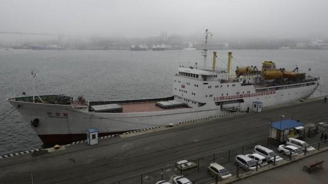 """Tàu chở hàng hóa và hành khách """"ManGyongBong"""" trên bến càng Vlaidivostok"""