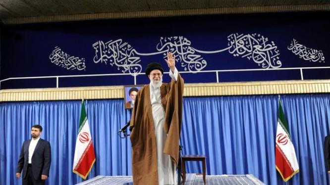 Lãnh tụ tinh thần tối cao Iran Ayatollah Ali Khamenei xuất hiện trong một sự kiện ở Tehran trước thềm bầu cử