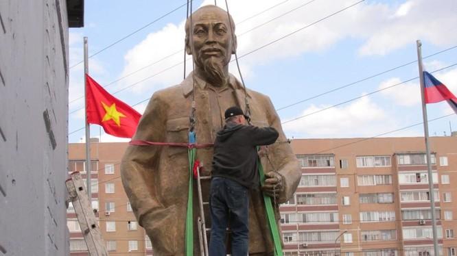 Bức tượng Chủ tịch Hồ Chí Minh đang được đưa vào vị trí