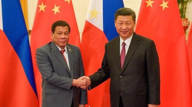 bắt tay Chủ tịch Trung Quốc Tập Cận Bình trong chuyến thăm Bắc Kinh