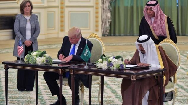 Tổng thống Mỹ Donald Trump (trái) và Quốc vương Saudi Arabia Salman bin Abdulaziz trong lễ ký tại Cung điện Hoàng gia Saudi ở Riyadh. Ảnh: AFP