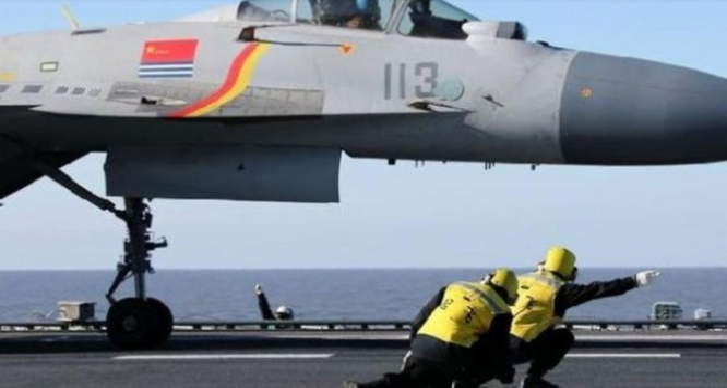 Máy bay J -15 chuẩn bị cất cánh từ trên boong tàu Liêu Ninh