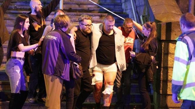 Người bị thương được đưa ra khỏi hiện trường vụ nổ