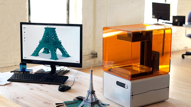 Máy in 3D với sản phẩm là tháp Eiffel. Ảnh: Maker Master
