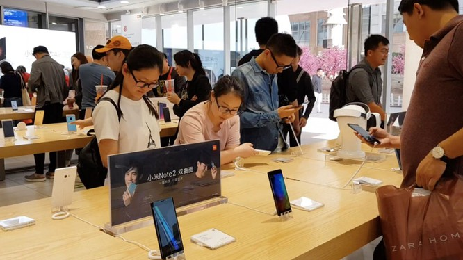 Bên trong một cửa hàng Mi Home - chuyên bán sản phẩm Xiaomi - tại Trung Quốc - Ảnh: H.Đ