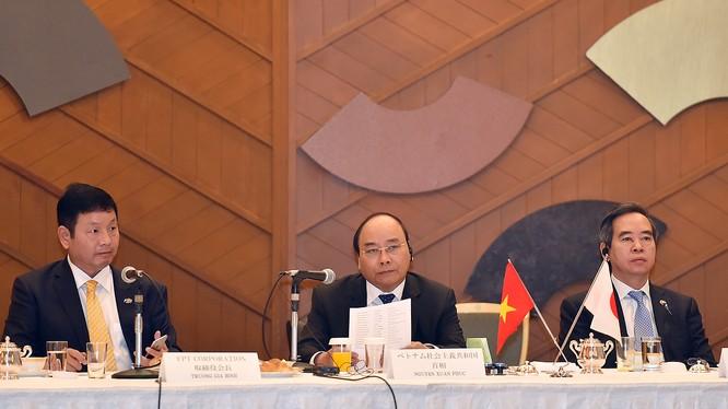 Thủ tướng Nguyễn Xuân Phúc đối thoại với các doanh nghiệp CNTT Nhật Bản. Ảnh: VGP/Quang Hiếu
