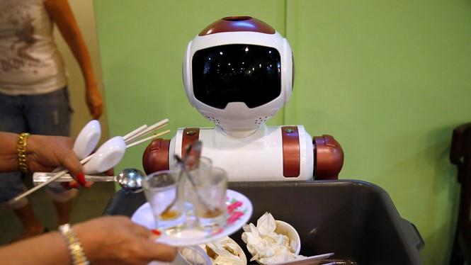 Robot thu gom ly chén tại quán cà phê Chilli Padi Nonya ở Singapore