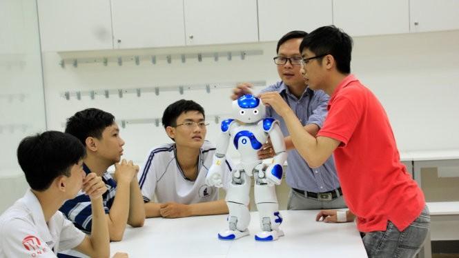 Một buổi học tại lớp học lập trình robot NAO - Ảnh: CLB cung cấp