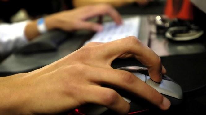 Cử động của con chuột có thể tiết lộ một kẻ giả mạo danh tính của người khác trên mạng - Ảnh: AP