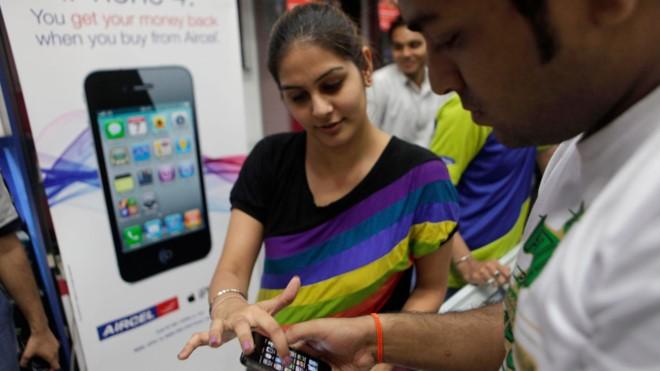 Những mẫu điện thoại cũ khá chạy hàng ở Ấn Độ, thị trường lớn thứ 2 thế giới. Ảnh: CNET