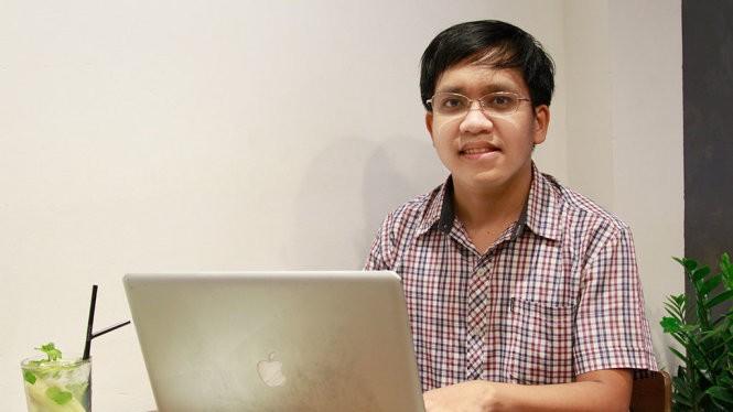 Ngoài công việc ở công ty nước ngoài, hằng ngày anh Cảnh vẫn dành thời gian hoàn thiện phần mềm giải toán của mình - Ảnh: MINH GIẢNG