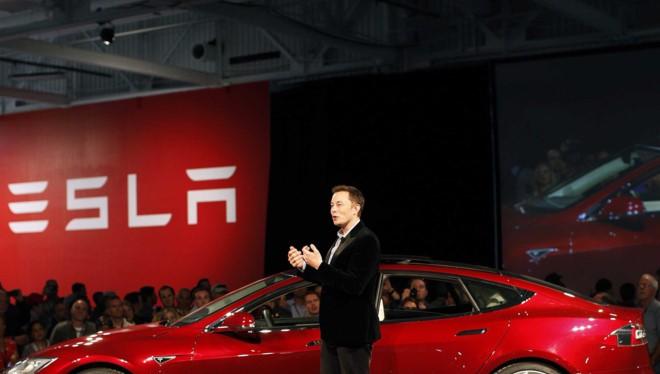 Ông Elon Musk giới thiệu mẫu xe chạy bằng ắc quy của Tesla