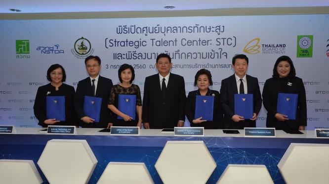 Ông Suvit Maesincee, Bộ trưởng Văn phòng Thủ tướng Thái Lan cùng với lãnh đạo các cơ quan chính phủ tại lễ khai trương STC.