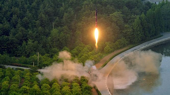 Hình ảnh tên lửa được phóng lên (Reuters)