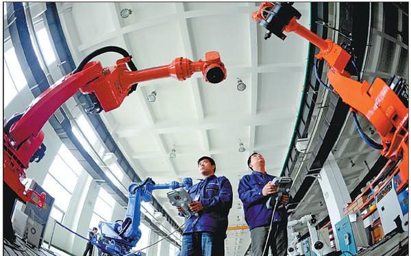 Công nhân thử robot công nghiệp tại nhà máy ở tỉnh Liêu Ninh, Trung Quốc. Ảnh: engineering.com