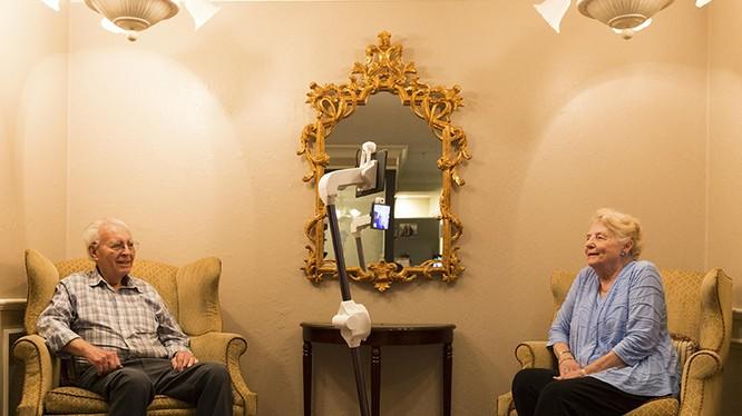 Ông bà Herbert Yarbrough, Maxine Duncan với robot Ohmni tại nhà chung dành cho người về hưu ở Walnut Creek, California, Mỹ. Ảnh: NYT