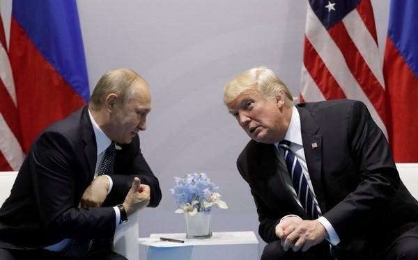 Tổng thống Mỹ Donald Trump gặp người đồng cấp Nga Vladimir Putin bên lề Hội nghị G20. (Nguồn: Business Insider)