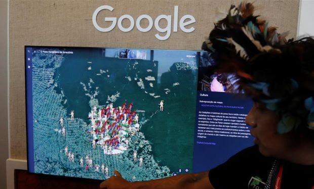 """Một thổ dân thuộc bộ tộc Surui-Paiter đang trình bày nội dung """"Tôi là Amazon bởi Google"""" trong sự kiện giới thiệu dự án mới của Google Earth diễn ra tại Sao Paulo, Brazil."""