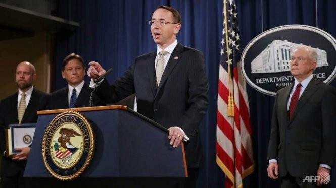 Thứ trưởng Bộ Tư pháp Mỹ Rod Rosenstein (giữa), Bộ trưởng Tư pháp Mỹ Jeff Session (phải) công bố việc gỡ bỏ 2 trang chợ đen lớn AlphaBay và Hansa Market - Ảnh: AFP