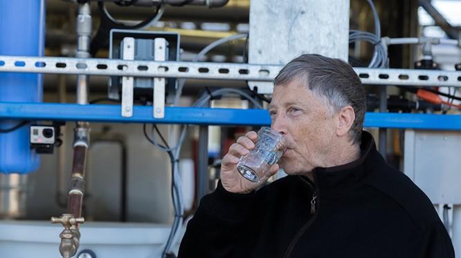 Bill Gates uống nước được xử lý từ nước thải - một dự án do quỹ của ông tài trợ. Ảnh: YTB