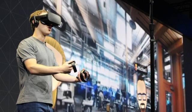 Ông chủ Facebook Mark Zuckerberg thử thiết bị Oculus