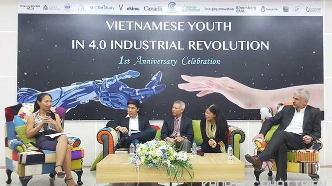 Ông Richard Bale, cô Nguyễn Phi Vân, GS Trương Nguyện Thành, ông Alexandre Sompheng (từ phải sang trái), đang giao lưu với khách tham dự. Ảnh Tùng Minh