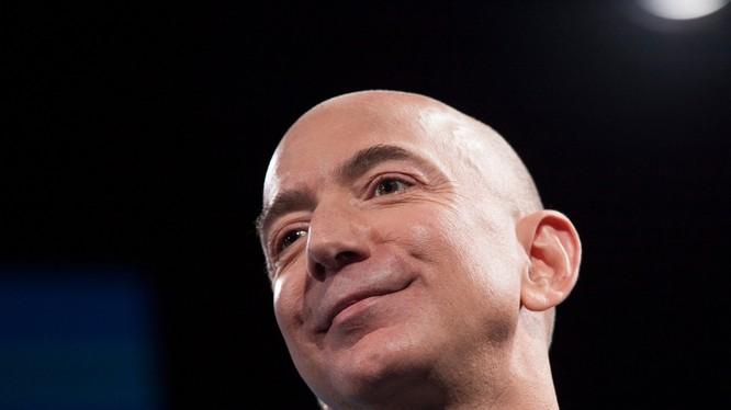 Jeff Bezos - CEO Amazon vừa giành được danh hiệu người giàu nhất thế giới từ tay Bill Gates