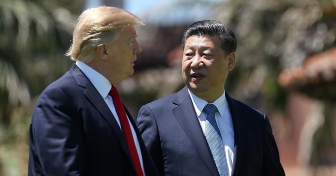 Tổng thống Mỹ Donald Trump (trái) và Chủ tịch Trung Quốc Tập Cận Bình trong ảnh chụp ngày 7.4 ẢNH: REUTERS