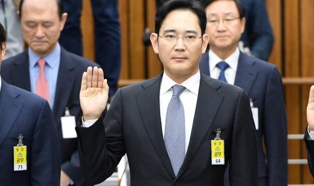 Lee Jae Yong trong phiên xét xử tại Tòa án Trung tâm quận Seoul.