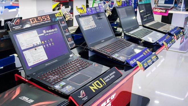 """Máy tính chưa """"chết"""" ở Việt Nam, nhưng doanh số và doanh thu ngày càng giảm sút vì người dùng ngày càng dùng smartphone, tablet nhiều hơn."""