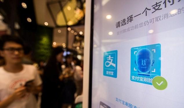Một kiốt thanh toán bằng nhận dạng khuôn mặt khách hàng bên ngoài cửa hàng KFC Hàng Châu. (Nguồn: Reuters)
