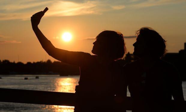 Hơn một nửa số người được hỏi cho biết họ cảm thấy phiền khi bạn bè đăng ảnh kỳ nghỉ trên mạng xã hội. Ảnh: Thestar.com.my