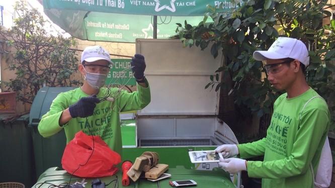 Các tình nguyện viên của Việt Nam Tái Chế đang phân loại rác thải điện tử.